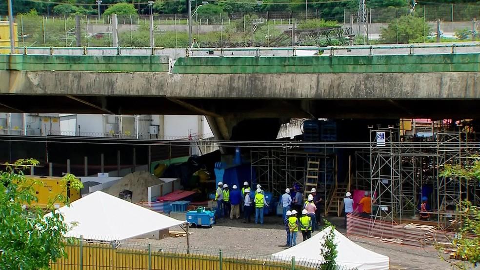 Prefeitura de SP usa macacos hidráulicos para erguer viaduto que cedeu na Marginal Pinheiros — Foto: Reprodução/GloboNews