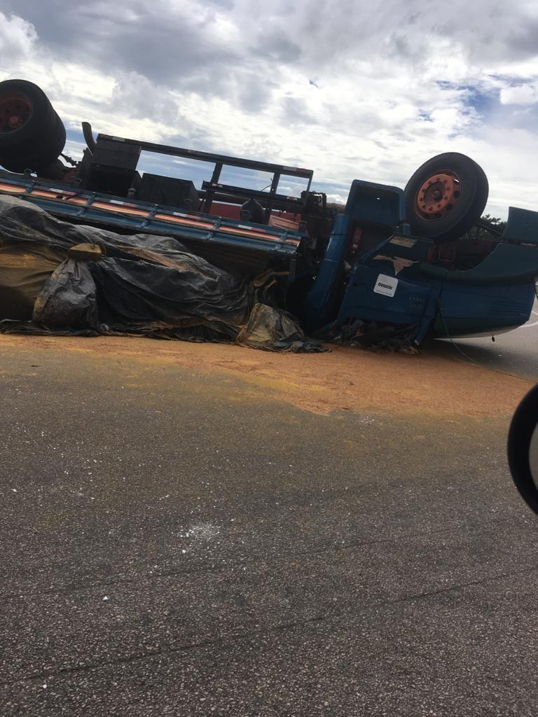 Carreta com carga de areia tomba em rodovia de Tietê