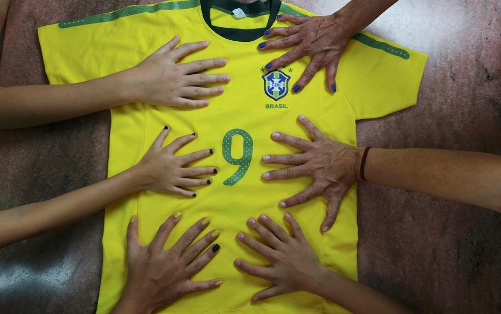 Membros da família da Silva que tem 6 dedos nas mãos posam para uma foto em Brasília (Foto: Joedson Alves/Reuters)