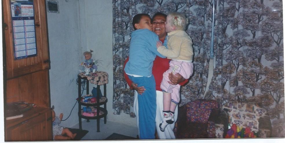 Ana e o irmão, Luiz, no colo da mãe — Foto: Arquivo pessoal