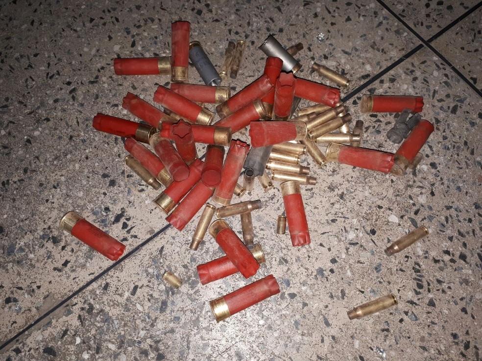 Capsulas de armas de grosso calibre foram encontradas pela polícia dentro do banco. (Foto: Reprodução/TVM)