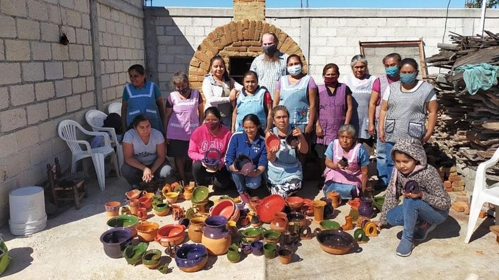 Ceramistas participando de programa Barro Aprobado no México, da ONG Pure Earth — Foto: PURE EARTH MÉXICO via BBC