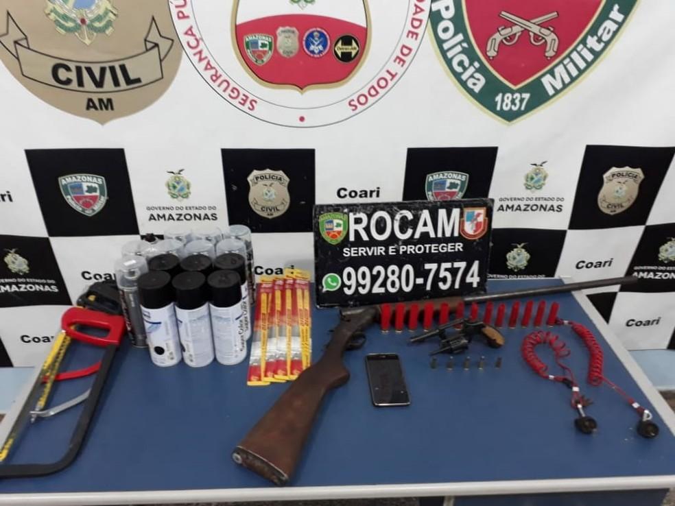 Espingarda calibre 16 e um revólver calibre 38, além de latas de tintas spray foram apreendidas com os suspeitos. — Foto: Divulgação/Polícia Militar