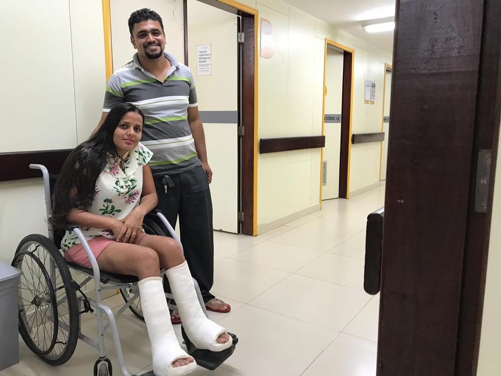 A baiana Daiana da Silva Nascimento e o marido Regenildo de Sousa Alencar no Instituto Hospital de Base de Brasília após procedimento de reversão do pé torto congênito — Foto: Luiza Garonce/G1