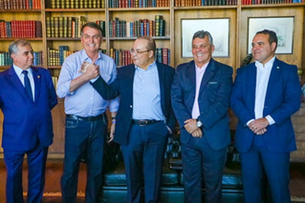 Presidente Bolsonaro cumprimenta governados do DF, Ibaneis Rocha, após encontro no Palácio do Planalto, no dia 24 de dezembro — Foto: Renato Alves/Agência Brasília