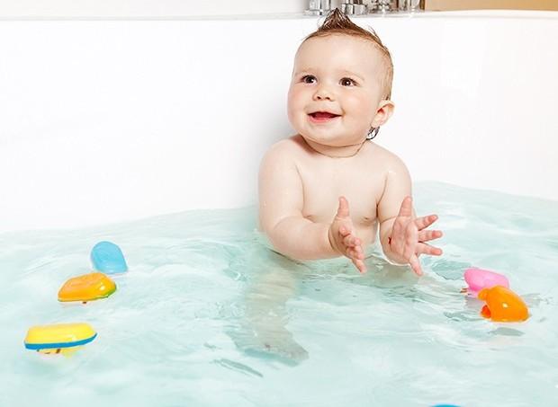 Bebê tomando banho na banheira (Foto: ThinkStock)