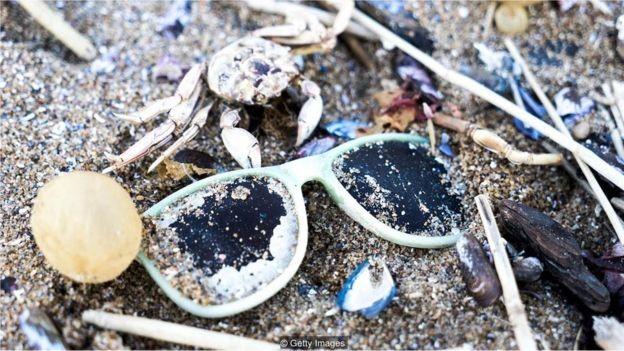 Substitutos naturais para plásticos podem ajudar a reverter a maré crescente de resíduos plásticos nos oceanos  (Foto: Getty Images/via BBC News Brasil)