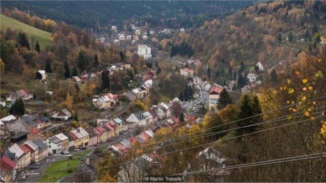Jáchymov, a cidade tcheca que deu ao mundo o dólar e a bomba atômica thumbnail