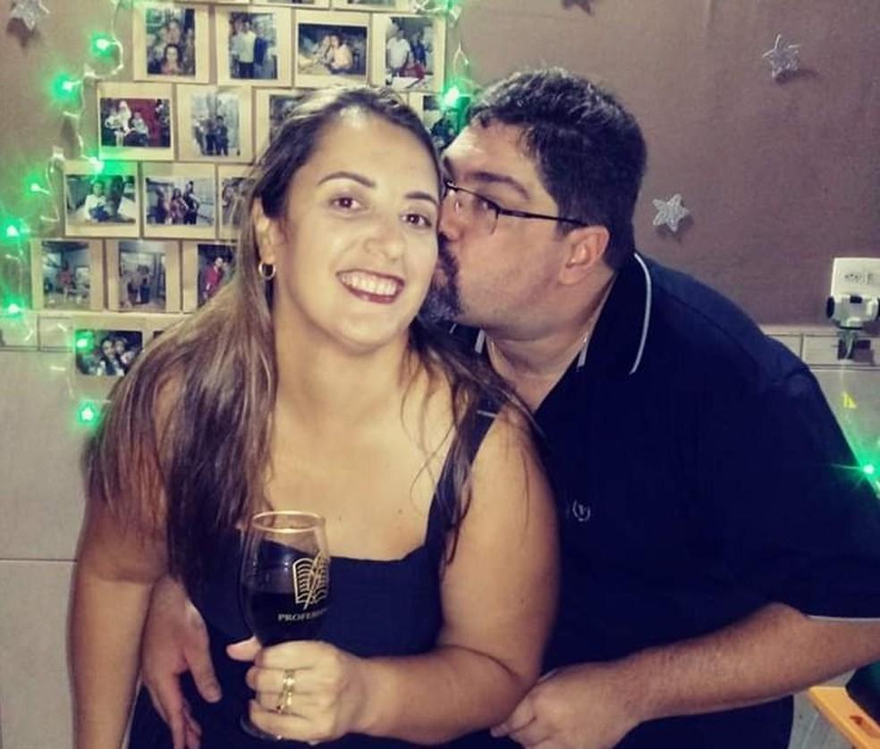O servidor público José Dias Palitot Júnior, de 44 anos, com a esposa, a professora Katianne Cristina dos Santos Palitot.  — Foto: Acervo pessoal