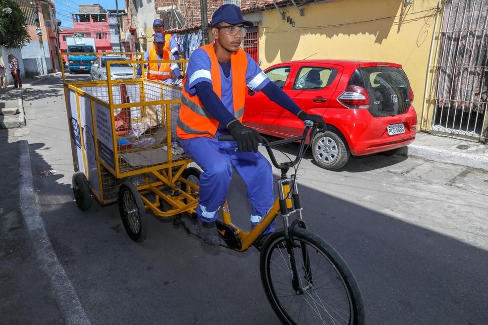 Catadores atendidos por programa de coleta seletiva em Jaboatão transportam material em bicicleta — Foto: Matheus Britto/Prefeitura de Jaboatão/Divulgação