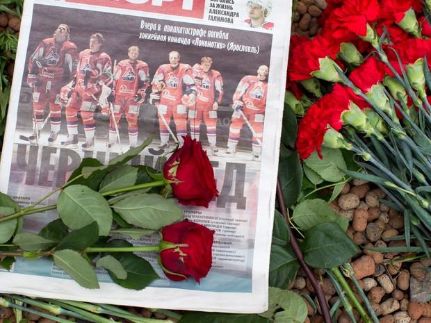 Fãs deixam flores em homenagem aos atletas mortos do Yaroslavl Locomotiv (Foto: Iliya Pitalev/RIA Novosti/Sputnik)