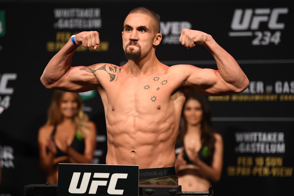 Robert Whittaker na pesagem do UFC 234, horas antes de problemas que o levaram ao hospital — Foto: Jeff Bottari/Zuffa LLC / Getty Images