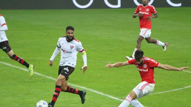 Yuri Alberto e Wallace Reis em Inter x Vitória
