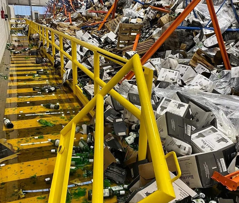 Área de fábrica de cachaça ficou tomada pelo material que desabou  — Foto: Reprodução