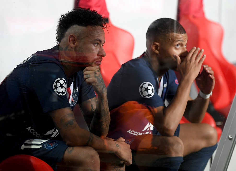 Neymar e Mbappé no banco do PSG após a derrota para o Bayern — Foto: UEFA / Getty Images