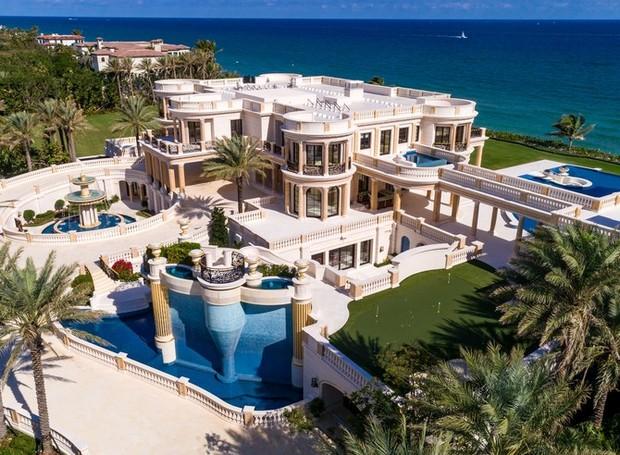 Cenários aquáticos fazem parte da parte exterior da casa, que também conta com campo de golfe (Foto: Top Ten Real Estate Deals/ Reprodução)