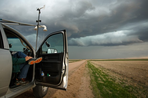 ELBERT COUNTY, CO - MAY 8: Support scientist Tim Marshall, a 40 year veteran of storm chasing, relaxes in the tornado scout vehicle during the last storm of their day, May 8, 2017 in Elbert County outside of Limon, Colorado. With funding from the National (Foto: Getty Images)