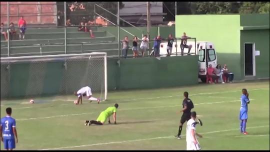 Goleiro erra, jogador para bola na linha, se abaixa e faz gol de cabeça na Série B do Rio