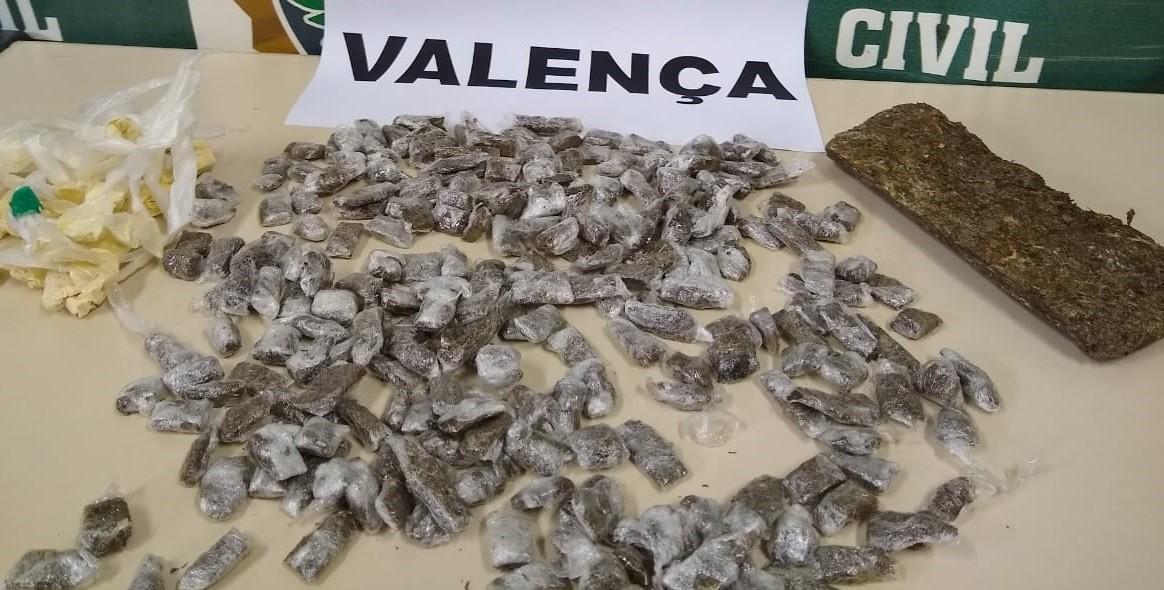 Investigação leva polícia a prender casal e mulher por tráfico de drogas em Valença