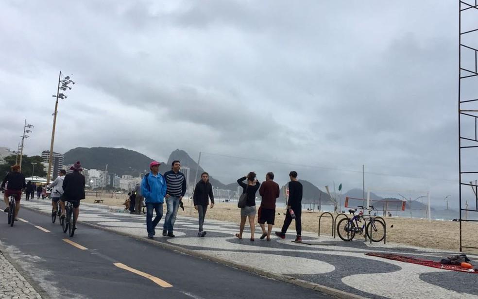 Paisagem do calçadão de Copacabana mudou com o frio (Foto: Káthia Mello/G1)