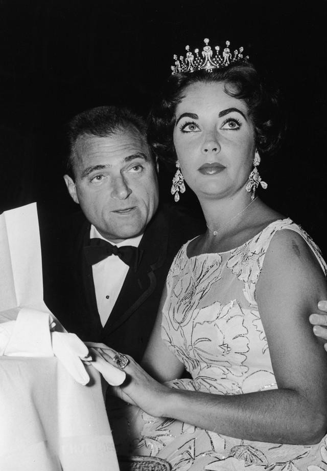 Elizabeth Taylor com Mick Todd no Globo de Ouro no 1957 usando a mesma tiara escolhida para o Oscar daquele ano (Foto: Getty Images)