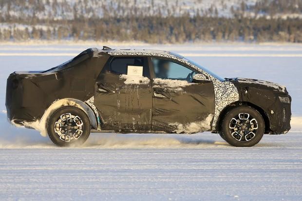 Perfil traz semelhanças com a Fiat Toro, também baseada em carro de passeio (Foto: AutoMedia/Autoesporte)
