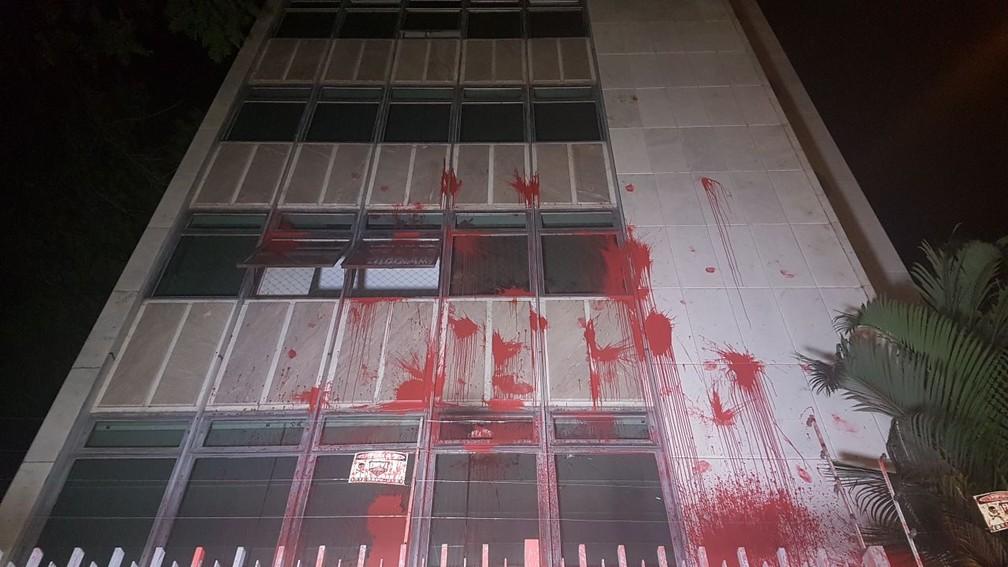 Prédio onde a ministra Cármen Lúcia tem apartamento, em Belo Horizonte, é pichado de tinta vermelha (Foto: Thaís Pimentel/G1)