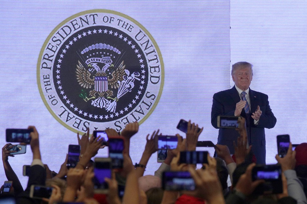 Atrás de Trump, no selo presidencial, aparece a imagem de duas águias, semelhante à do brasão de armas da Rússia. — Foto: Alex Wong/ Getty Images North America / AFP