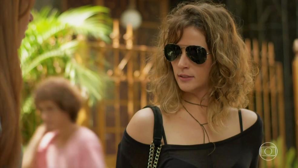 Sofia (Priscila Steinman) desconversa e sai correndo — Foto: TV Globo
