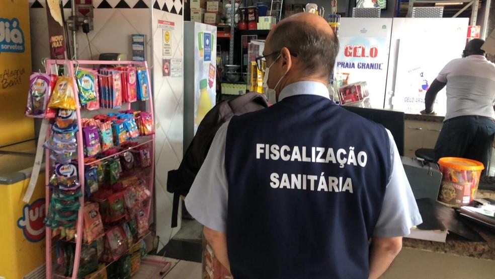 Produtos vencidos são apreendidos pela terceira vez em loja de conveniência em Araçatuba — Foto: Arquivo Pessoal