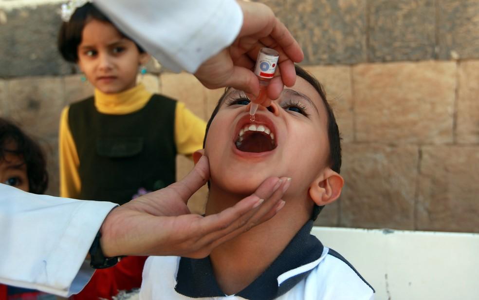 Um médico administra uma vacina contra a poliomielite em uma criança em um centro de saúde de Sanaa, capital do Iémem. (Foto: Mohammed Huwais/AFP)
