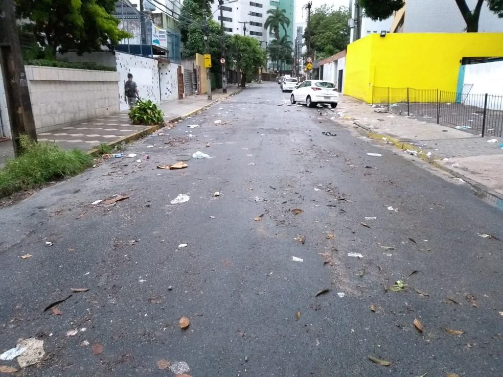 Após a água da chuva abaixar, a Rua Isaac Salazar ficou com lixo espalhado — Foto: Mhatteus Sampaio/TV Globo
