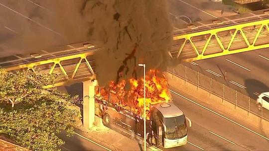 Ônibus pega fogo na Linha Amarela