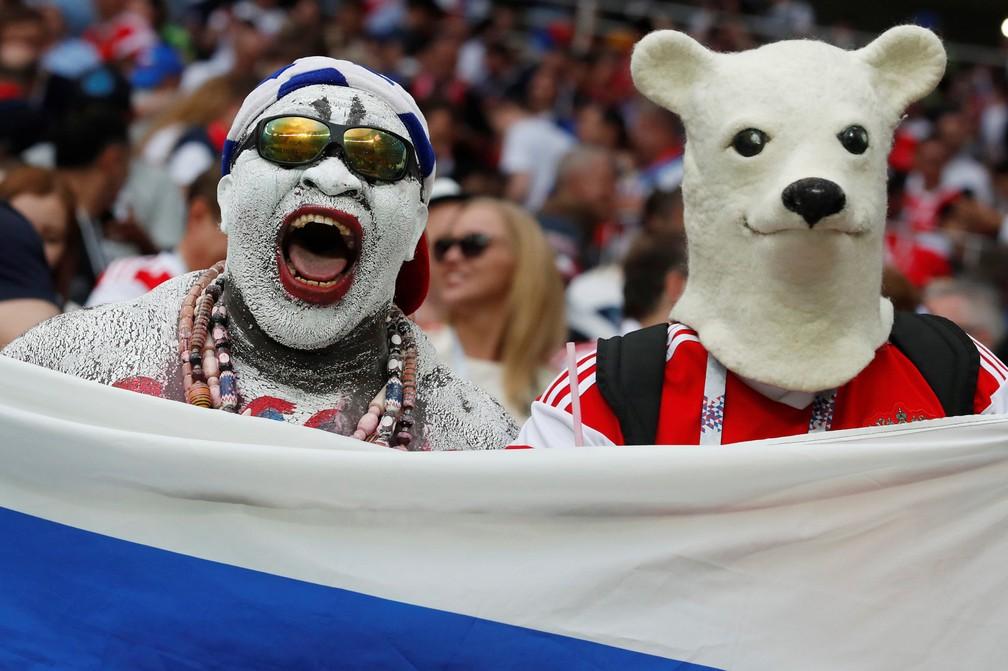 1° de julho - Torcedores russos comemoram a vitória sobre a Espanha, em Moscou (Foto: Christian Hartmann/Reuters)