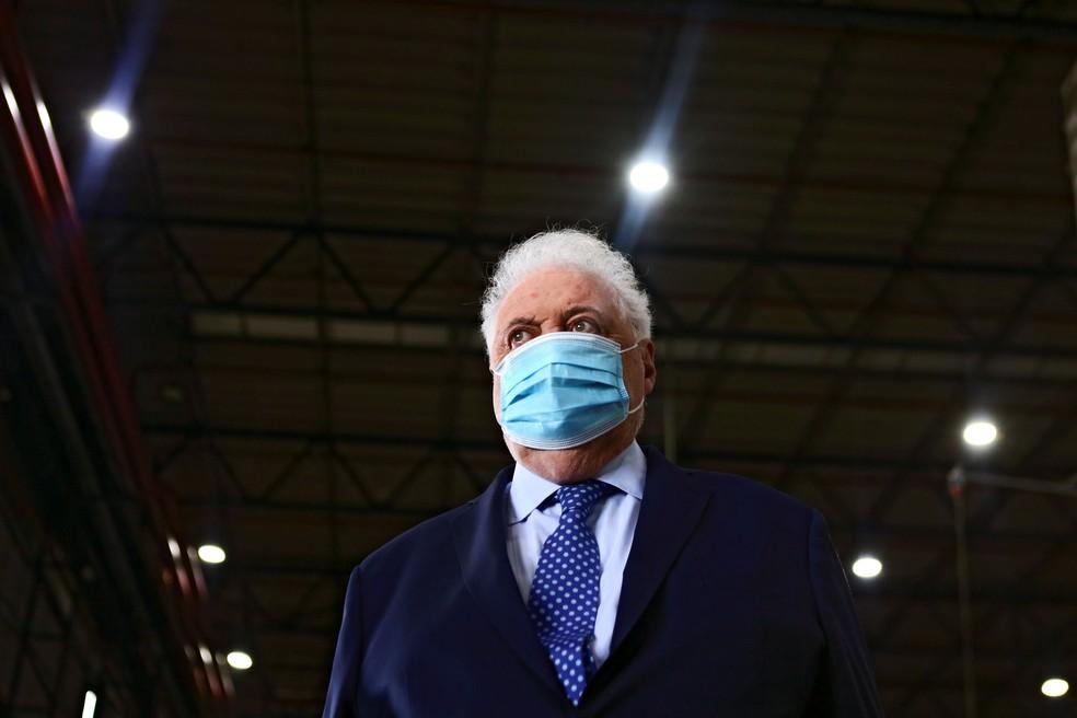 Ministro argentino da Saúde, Ginés González García, recebe carregamento de vacinas contra a Covid-19 no aeroporto internacional de Ezeiza, em foto de 17 de fevereiro de 2021 — Foto: Matias Baglietto/Reuters/Arquivo