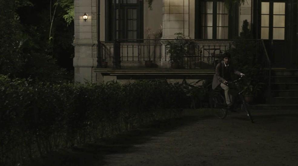 Mário pega sua bike e vai para a casa dos Benedito para se transformar em Mariana  (Foto: TV Globo)