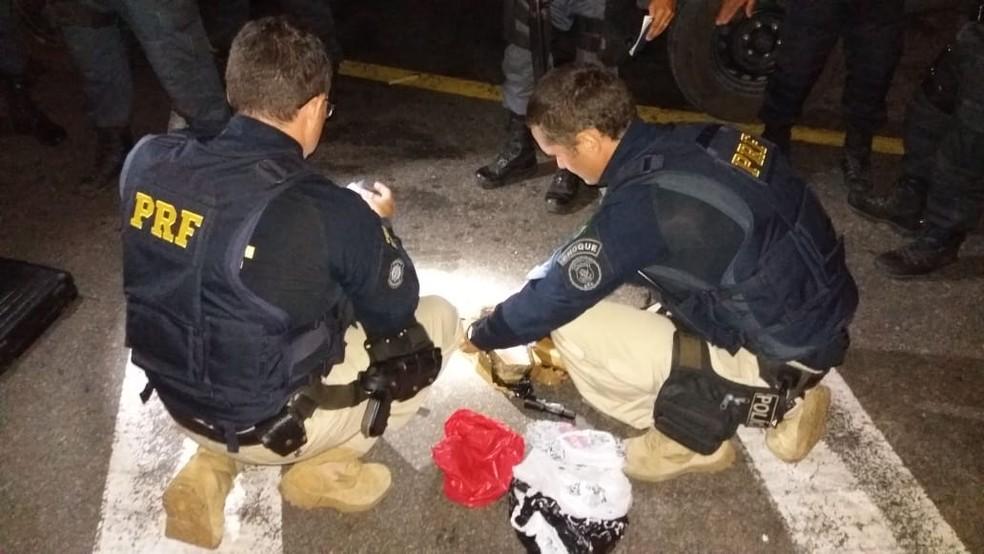 Policiais rodoviários acharam os 6,5kg de crack dentro da mala de um dos passageiros do ônibus — Foto: Divulgação/PRF
