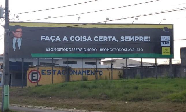 Outdoor colocado na saída do aeroporto de José dos Pinhais, na região metropolitana de Curitiba, em homenagem a Sergio Moro