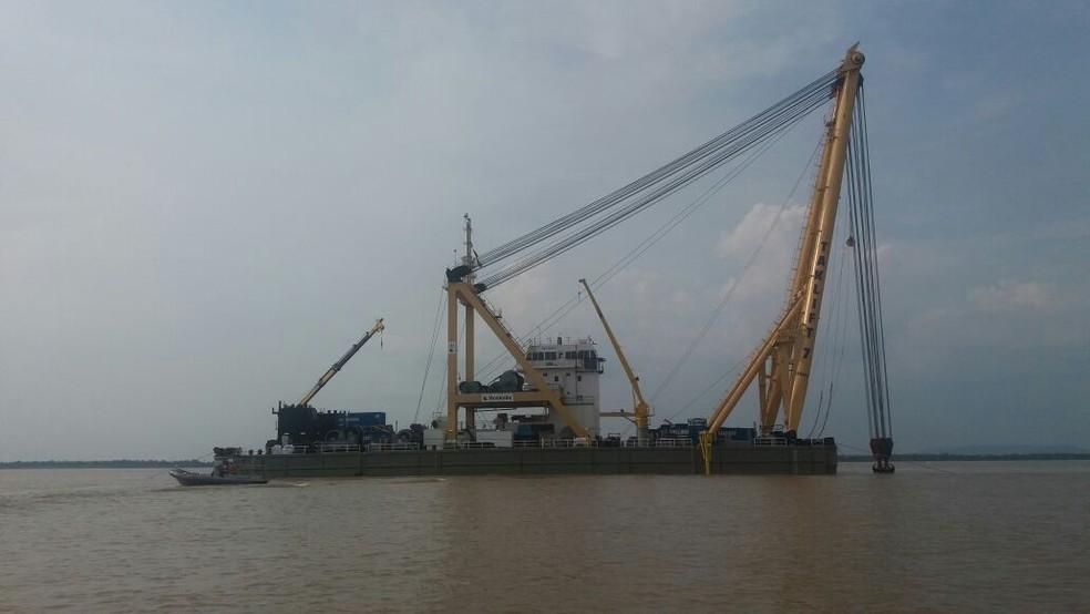 Próxima fase é levar a embarcação para uma profundidade menor e fazer o içamento (Foto: Marinha/Divulgação)