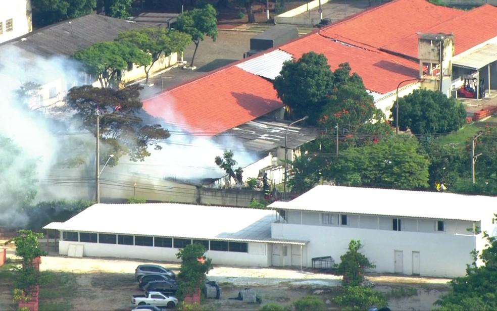 Fogo atinge prédio do Exército em SP (Foto: Reprodução/TV Globo)