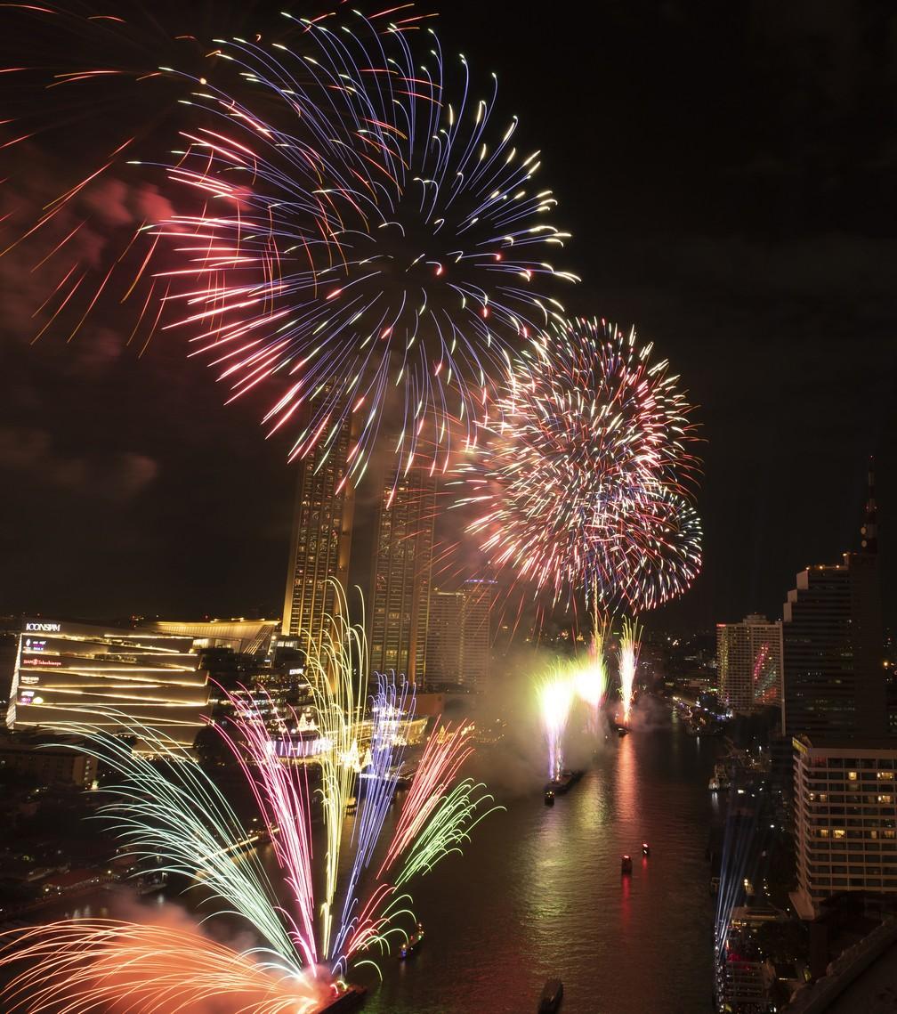 Fogos de artifício sobre o rio Chao Phraya em Bangkok, Tailândia — Foto: AP Photo/Sakchai Lalit
