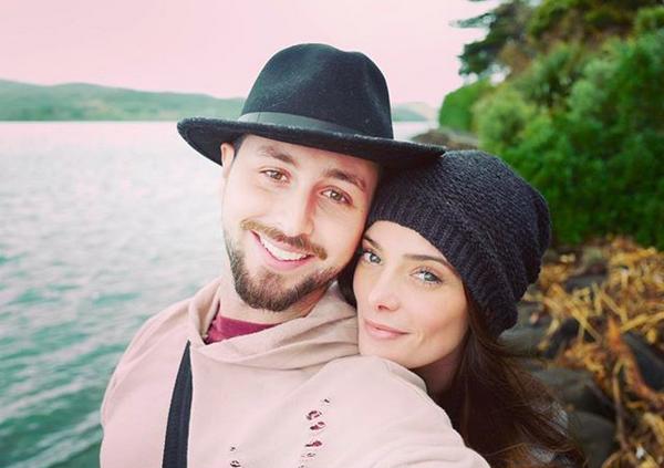 A atriz Ashley Greene com o marido (Foto: Instagram)