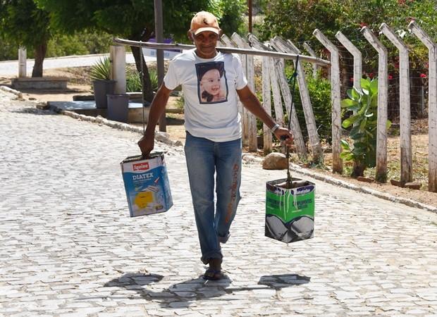No município de Francisdo Dantas, o agricultor aposentado Francisco Fagundes, de 66 anos, busca água em poços públicos para os afazeres domésticos   (Foto: Anderson Barbosa e Fred Carvalho/G1)
