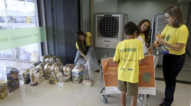 Dia Nacional da Coleta de Alimentos movimentou supermercados de Brasília (Foto: Agência Brasil)