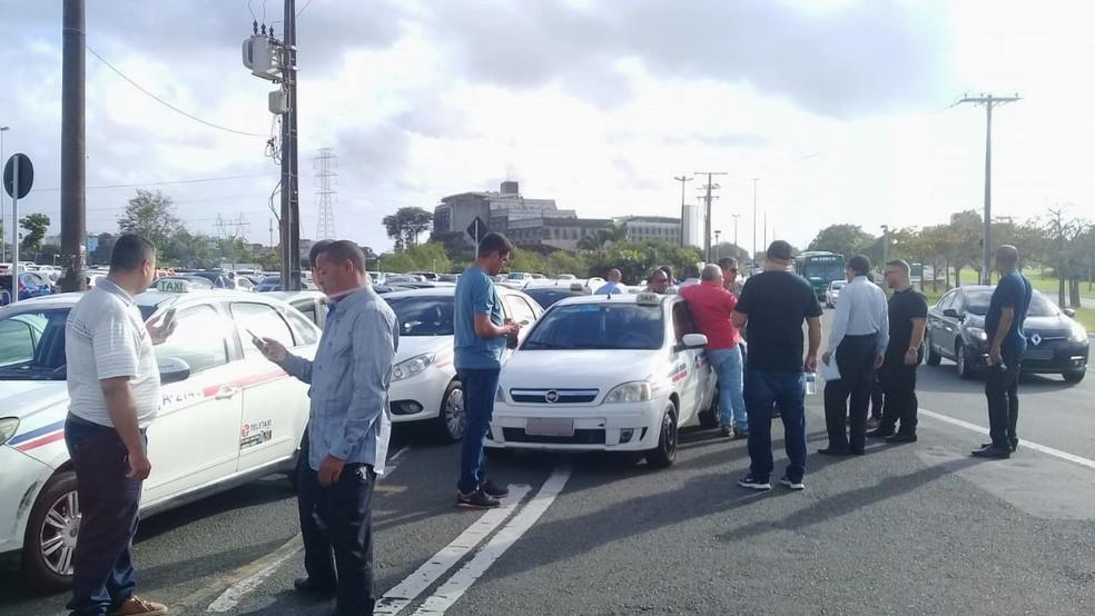 Manifestação é realizada na manhã desta segunda — Foto: Cid Vaz/TV Bahia
