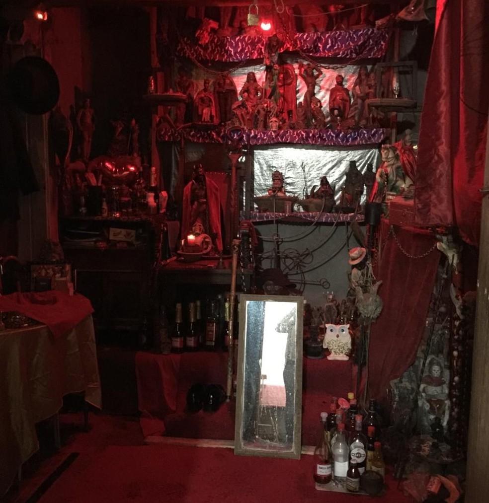Sala onde, segundo a polícia, o suspeito praticava abusos sexuais com mulheres — Foto: Divulgação/Polícia Civil