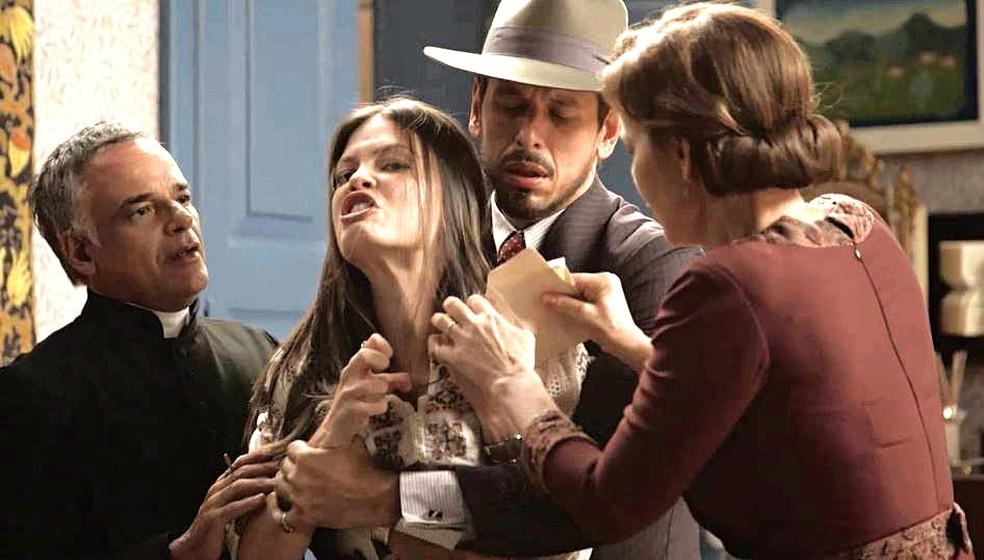 Cris (Vitória Strada) tem delírios violentos e ataca Alain pensando ser Gustavo Bruno — Foto: TVGLOBO