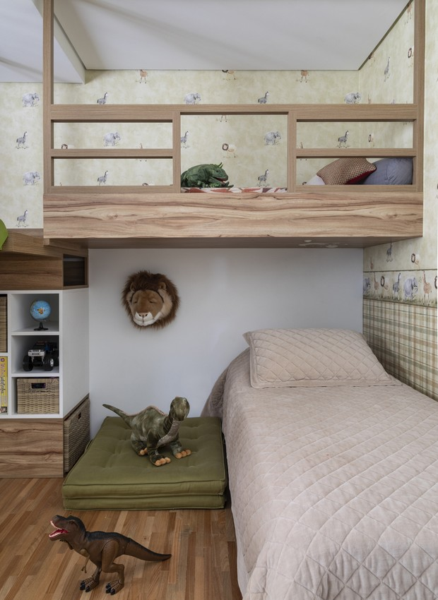 HORA DE DORMIR | Almofadas e colchas da Trousseau. Brinquedos e decoração de parede de acervo pessoal. Papel de parede da Bucalo.  (Foto: Evelyn Muller/Divulgação)