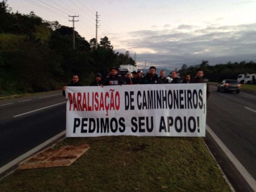 Caminhoneiros realizam protesto em Três Cachoeiras, no Norte do RS (Foto: Josmar Leite/RBS TV)