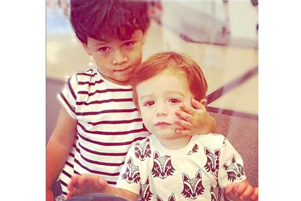 Gabriel e Rocco exibem modalidade: abraço de bochecha (Foto: Reprodução)